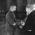М.И.Калинин вручает орден Красного Знамени генерал-полковнику О.И.Городовикову. Москва, 1942 г.
